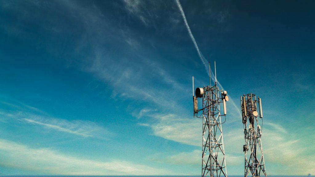 Tours de téléphonie mobile dans un ciel bleu