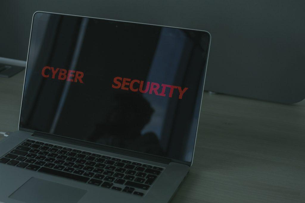 """Un ordinateur portable avec les mots """"cybersécurité""""."""